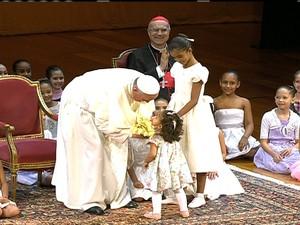 papa com crianças no municipal (Foto: Reprodução/GloboNews)