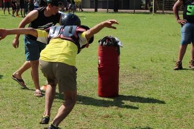 """É um pássaro? Um avião? Não, é o Hélder correndo para dar """"tackle""""... (Foto: Divulgação/CG Predadores Gravediggers)"""