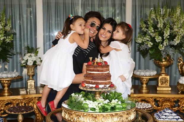 Leandro celebra aniversário com mulher e filhas (Foto: Deividi Correa / AgNews)