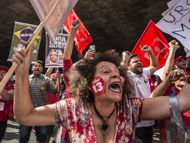 Apoiadora do PT participa de protesto em defesa do governo de Dilma Rousseff e do ex-presidente Lula na Avenida Paulista (Foto: Cris Faga/Fox Press Photo/Estadão Conteúdo)