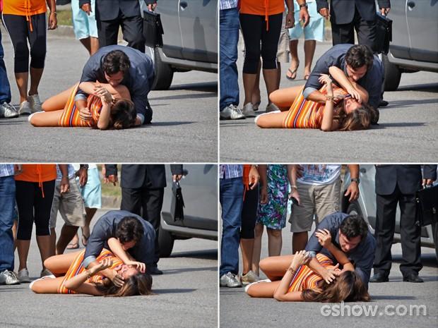 Laerte socorre Luiza depois do atropelamento (Foto: Carol Caminha/ TV Globo)