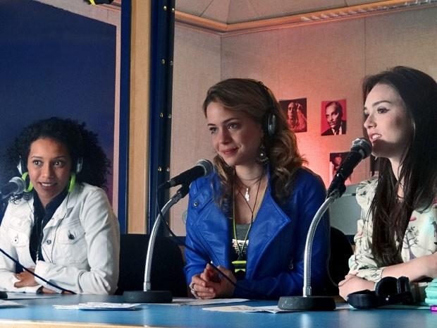 Alô, Dona Maria! Empreguetes dão entrevista no programa de Gentil Soares (Foto: Cheias de Charme / TV Globo)