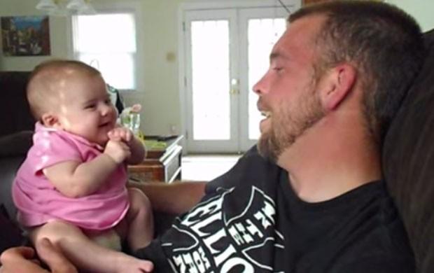 Bebê virou sensação na web ao 'dizer' eu te amo para o pai em vídeo (Foto: Reprodução/YouTube/Stephanie Passalacqua)