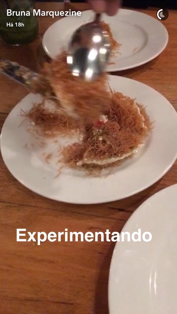 Bruna Marquezine experimenta sorvete de rosa (Foto: Reprodução/SnapChat)