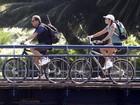 Malu Mader e Tony Bellotto passeiam de bicicleta no Rio