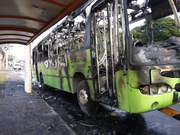 Ônibus ficou destruído pelo fogo em Canoas (Foto: Giuliano Chimenez/RBS TV)
