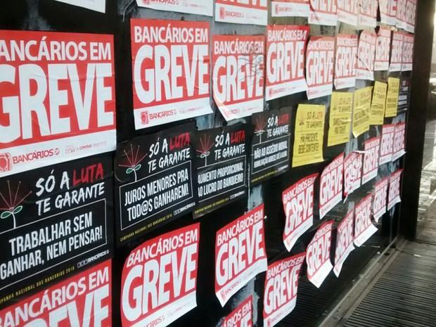 Agência na avenida Araucárias, em Águas Claras, amanhece com cartazes indicando greve dos bancários, iniciada nesta terça-feira (6) (Foto: Lucas Nanini/G1)