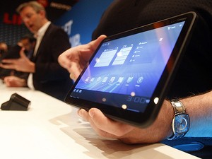 A Motorola revelou na quarta-feira (5), durante apresentação no CES 2011, o tablet Xoom, com tela sensível ao toque de 10,1 polegadas, e que roda a última versão do sistema operacional do Google, o Android 3.0, também chamado de 'Honeycomb', que foi criad (Foto: Isaac Brekken/AP)