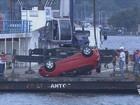 Carro é 'pescado' do fundo do mar após acidente na balsa de Santos