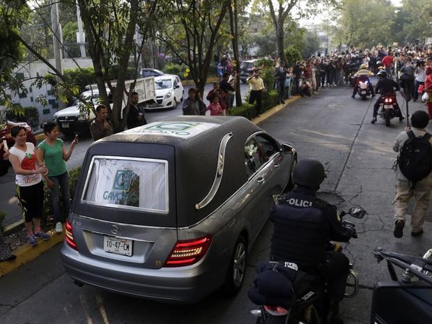 Cortejo fúnebre de Roberto Bolaños foi aplaudido pelas ruas da Cidade do México neste sábado (Foto: Reuters/Carlos Jasso)