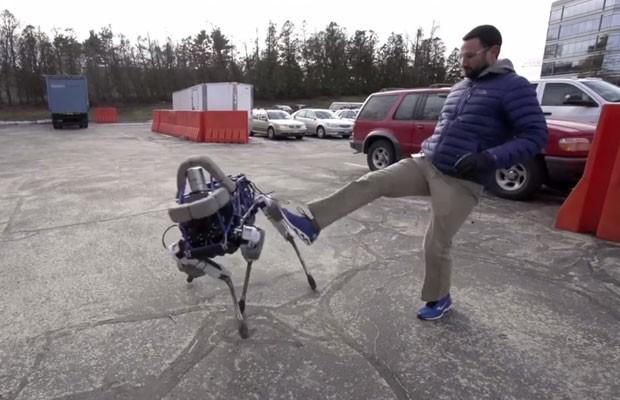 Robô da Boston Dynamics, empresa do Google, Spot é capaz de se manter equilibrado mesmo após receber chutes. (Foto: Reprodução/Youtube)
