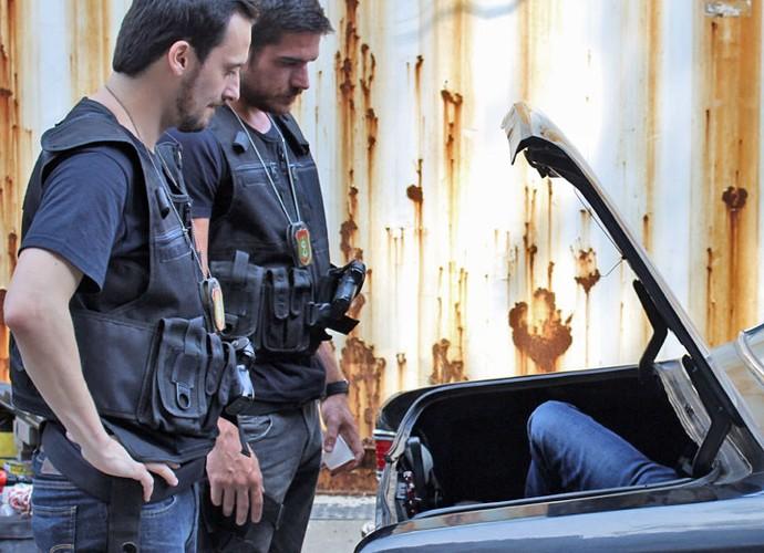 Dante e Guerra abrem porta-malas e dão de cara com Juliano (Foto: Anny Ribeiro/Gshow)