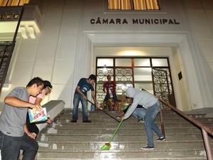 Manifestantes lavaram a escadaria da câmara (Foto: Divulgação)
