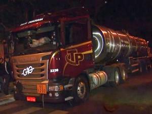 Caminhão carregado de diesel roubado em Paulínia foi achado em Cosmópolis (Foto: Reprodução/EPTV)