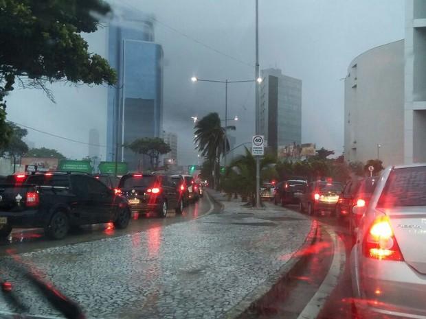 Avenida Antônio de Góes, no Pina, ficou completamente engarrafada (Foto: Marjorye Cavalcanti/WhatsApp)