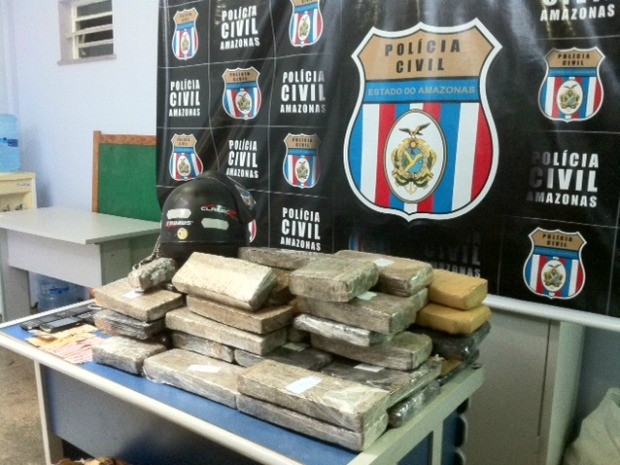 Pol&#237;cia apreende 60kg de maconha prensada em barco no Amazonas (Foto: Ana Graziela Maia/G1 AM)