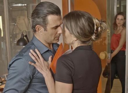 Tita flagra Tânia e Ricardo juntos