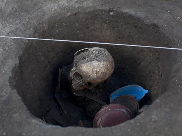 Esqueleto descoberto em sítio arqueológico na Cidade do México (Foto: AP Photo/Alexandre Meneghini)