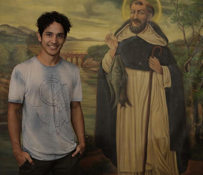Diyo Coêlho, que viveu Bento na primeira fase da novela, posa ao lado da imagem de São Francisco (Foto: Inácio Moraes/ Gshow)