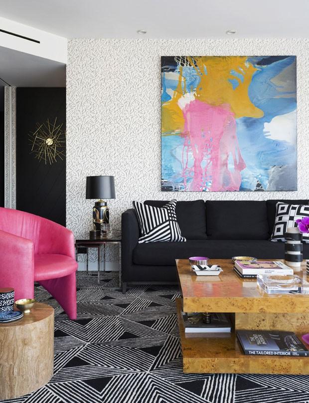 Preto, branco e pink marcam decoração de apartamento masculino (Foto: Felix Forest)
