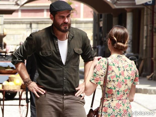 Que choque! Toni fala mal de Ernest para Hilda (Foto: Joia Rara/TV Globo)
