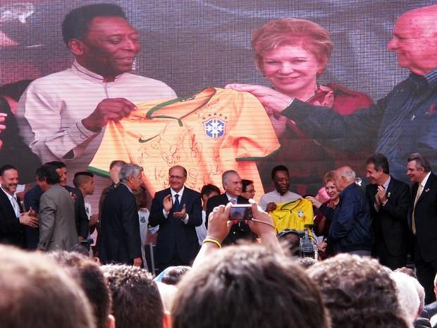 Pelé foi homenageado com uma camisa da Seleção Brasileira (Foto: Lincoln Chaves/G1)