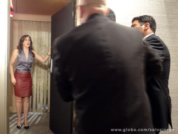 Lívia faz vítima para seguranças do hotel (Foto: Salve Jorge/TV Globo)