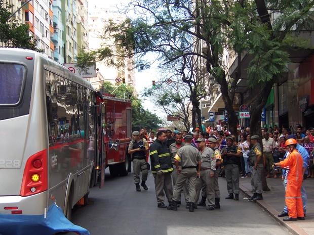 Homem morre atropelado no Centro de Porto Alegre (Foto: João Laud/RBS TV)