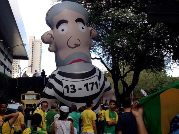 Boneco Pixuleco, que representa o ex-presidente Lula, foi usado no protesto em Natal (Foto: Emmily Virgilio/Inter TV Cabugi)