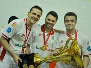 Fellipe Drommond ao lado de Ricardinho e Falcão (Foto: Danilo Camargo/ Sorocaba Futsal)