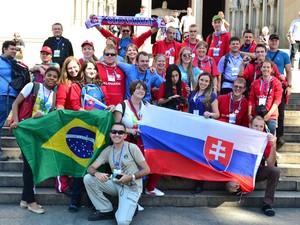 Peregrinos vindos da Cracóvia, cidade na Polônia, visitam a Praça da Sé, em São Paulo, e convidam passantes a irem ao Rio de Janeiro, participar da JMJ (Foto: Carlos Junior/Futura Press/Estadão Conteúdo)
