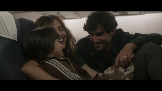 Alice e Renato voltam para o Brasil