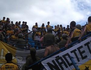 Princípio de confusão na Ressacada da torcida do Criciúma (Foto: João Lucas Cardoso / Globoesporte.com)