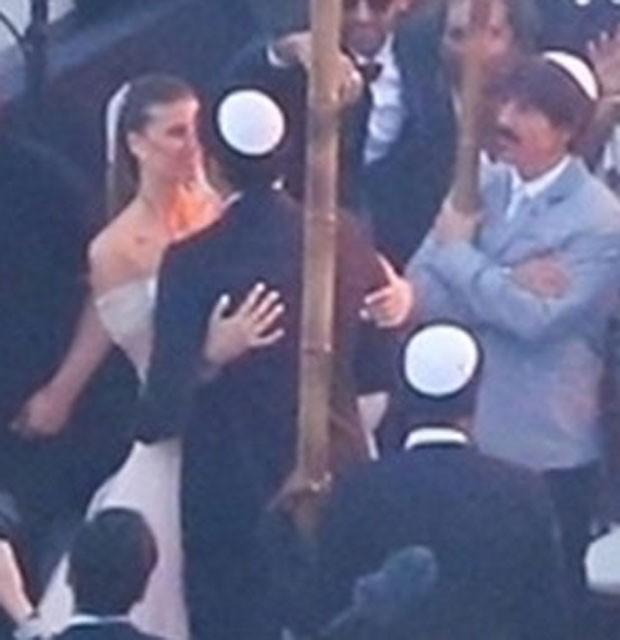 Michelle Alves e Guy Oseary se beijam (Foto: AgNews)