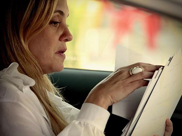 Carminha consegue provas de Nina (Foto: Avenida Brasil / TV Globo)