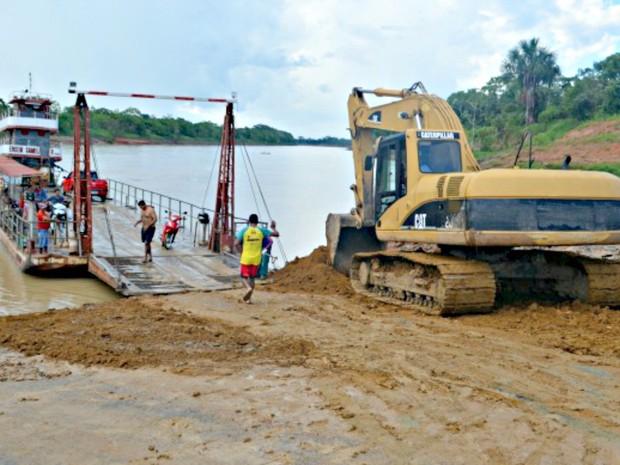 Balsa que faz travessia sobre o Rio Juruá em Rodrigues Alves deve funcionar apenas entre 6h e 0h a partir desta sexta-feira (17) (Foto: Adelcimar Carvalho/G1)
