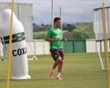 Alan Santos e Neto Berola treinam em campo no Coritiba; Galdezani evolui