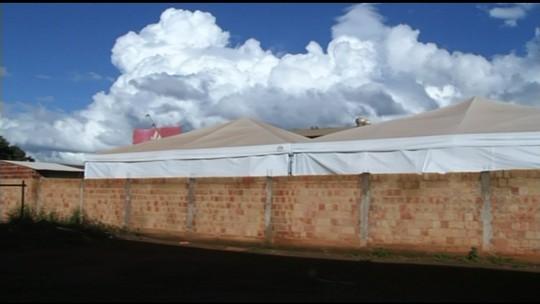 Alunos estudam em salas montadas sob tendas em Cristalina, GO