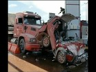 'Esperei a pancada', conta motorista que teve carro prensado por carretas