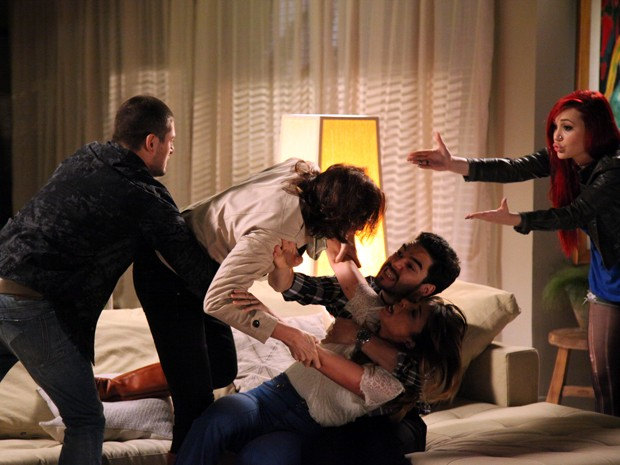 João Lucas e José pedro tentam separar a briga entre sogra e nora (Foto: Carol Caminha/TV Globo)
