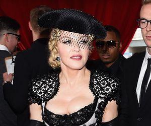 Com look sensual, Madonna deixa bumbum à mostra no Grammy