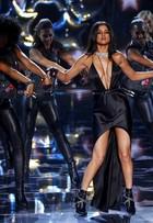 Selena Gomez usa vestido sensual e lentes de contato em evento de moda