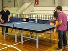 Duelo! Edson Celulari desafia Paulo Betti em partida de pingue-pongue