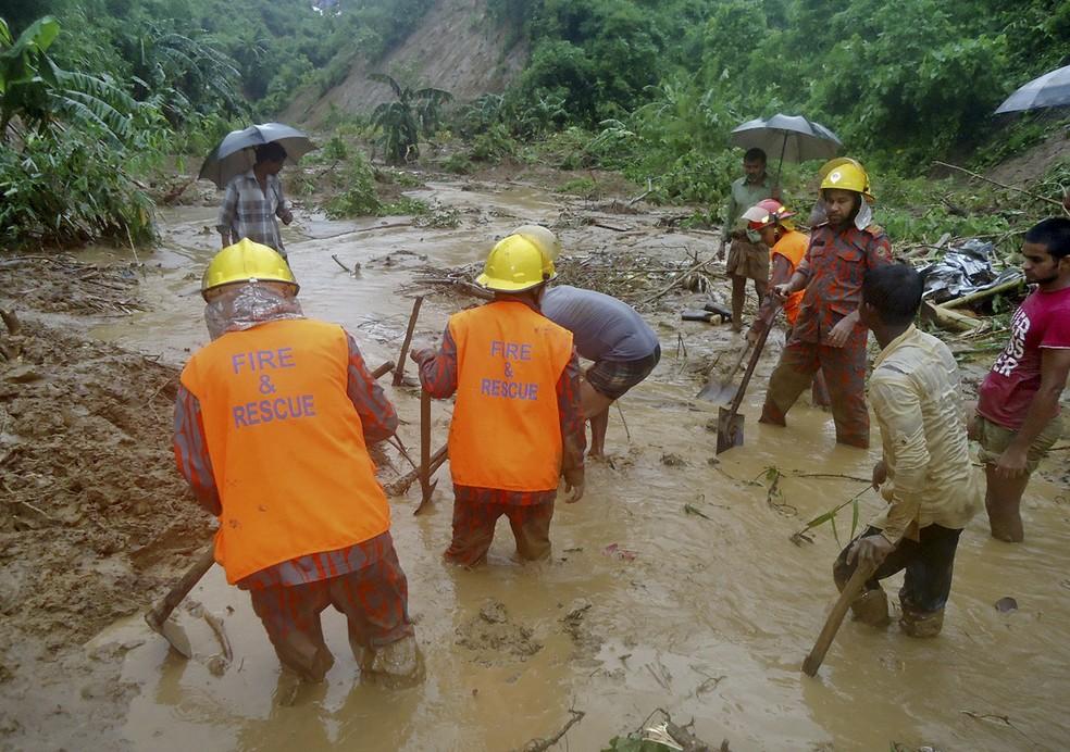 Equipes de resgate trabalham nesta terça-feira (13) em lama provocada por tempestade em Bandarban, Bangladesh (Foto: AP Photo)