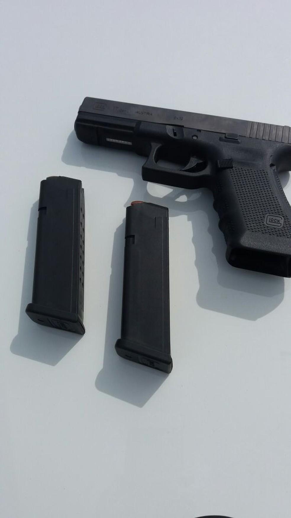 Polícia encontrou em fundo falso uma pistola 9 mm com 26 munições e dois carregadores (Foto: PRE/Divulgação)