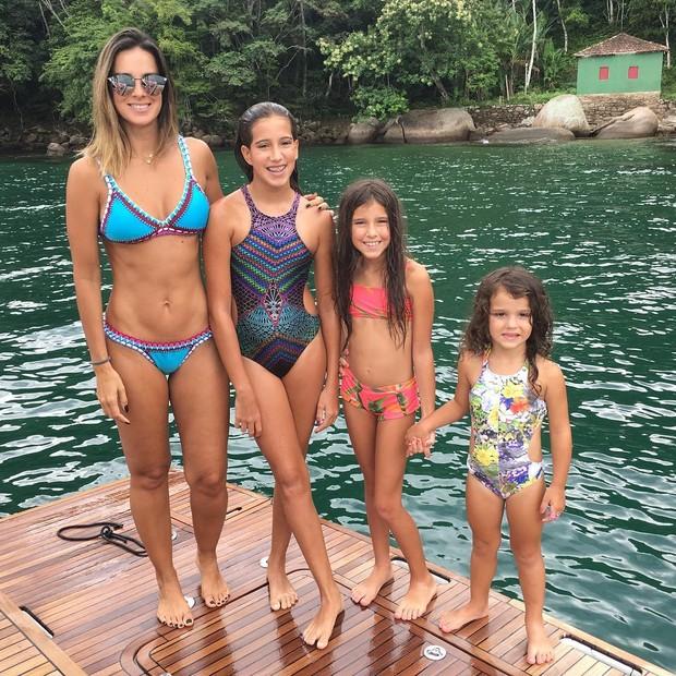 Vera Viel com as filhas (Foto: Reprodução/Instagram)