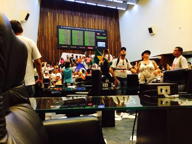 Manifestantes invadiramo Plenário da Assembleia do Paraná (Foto: Sabrina Coelho/G1)