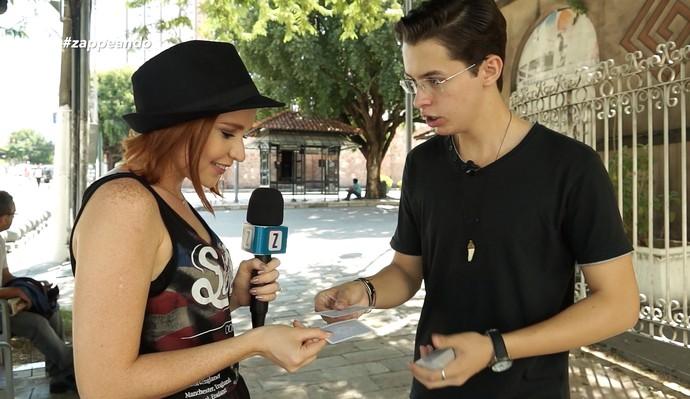 Repórter Jéssica Monteiro conversa com um cartomágico (Foto: Rede Amazônica)
