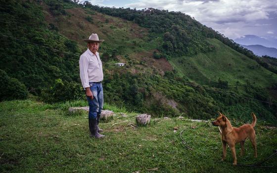 Dom Bernardo Pelaéz Correa em sua finca, na vereda de El Orejón, na Antioquia. A propriedade do agricultor tem áreas minadas e intransitáveis.  (Foto: Rios Escobar/ÉPOCA. )