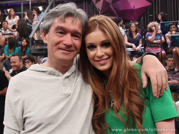 Atriz posa para fotos com Serginho Groisman nos intervalos (Foto: TV Globo/Altas Horas)